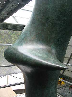 Henry_Moore_Oval_with_Points_Hong_Kong_6.jpg